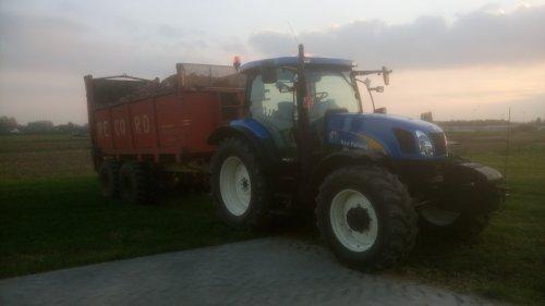 Foto van een New Holland T 6030 Plus klaar voor te lossen. Geplaatst door O N op 30-10-2016 om 12:53:06, op TractorFan.nl - de nummer 1 tractor foto website.