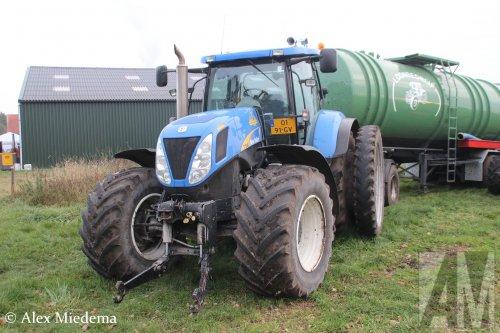 Loonbedrijf Fikkert (Wijster) × op de foto met een New Holland T 7040 . Foto genomen bij 4x4 Feest Drenthe, meer foto's van dat evenement staan op truckfan: http://www.truckfan.nl/agenda/567/4x4-feest-drenthe-2016/
