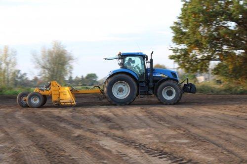 Foto van een New Holland T 7040  , nog even het stuk kilveren voordat er gras gezaaid wordt .. Geplaatst door NHfan97 op 14-11-2016 om 10:49:35, op TractorFan.nl - de nummer 1 tractor foto website.