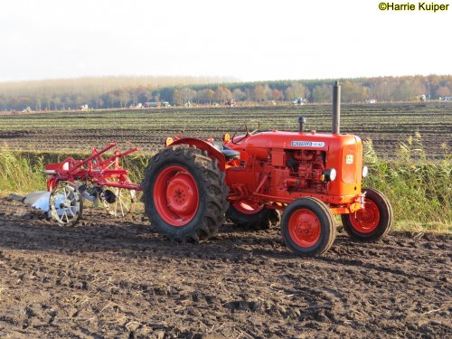 Foto van een Nuffield 10/42  , nationale ploegwedstrijd 22/11/2019 in Stadskanaal.. Geplaatst door oldtimergek op 03-12-2019 om 11:43:28, op TractorFan.nl - de nummer 1 tractor foto website.
