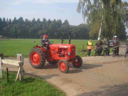Foto van een Nuffield 10/42, bezig met poseren.. Geplaatst door jordi 1455 op 08-10-2015 om 22:46:20, op TractorFan.nl - de nummer 1 tractor foto website.