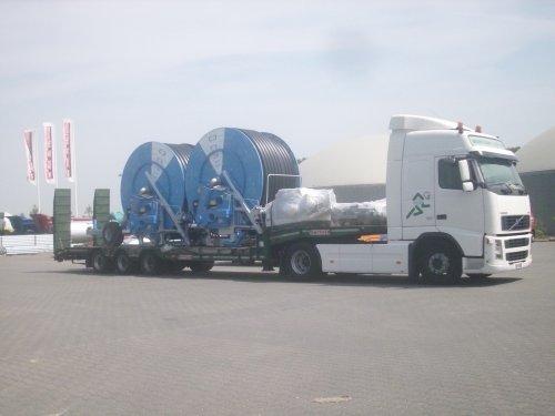 Foto van 2 nieuwe ocmis haspels, bezig met poseren bij de zuidelijke regio importeur Geert-JandeKok BV in Esbeek, 05-07-2011.