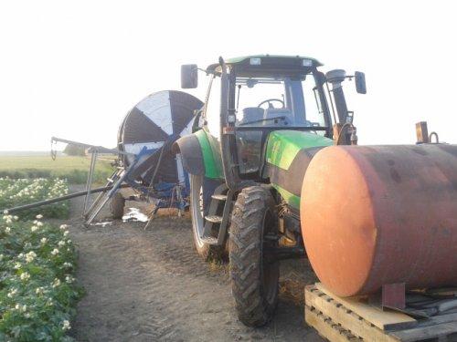 Foto van een ocmis Haspel met een Deutz-Fahr Agrotron 128, druk aan het brullen voor de pomp. Geplaatst door mathijs1 op 24-07-2013 om 13:20:46, op TractorFan.nl - de nummer 1 tractor foto website.