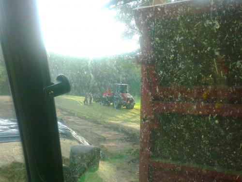 Foto van een O&K L 15.5, bezig met maïs inkuilen.. Geplaatst door chiel6920S op 13-10-2010 om 17:25:35, op TractorFan.nl - de nummer 1 tractor foto website.