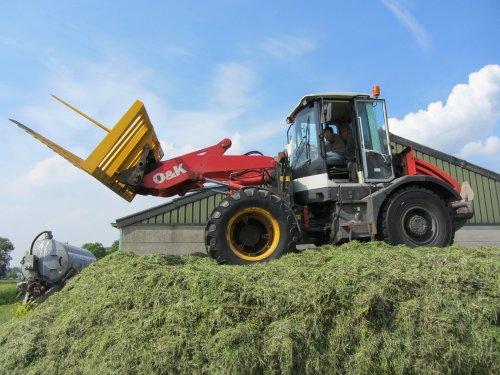 Foto van een O&K L 15.5, bezig met gras inkuilen. Schop uit Meeuwen. Geplaatst door Daniel-valtrafan op 31-05-2012 om 21:38:47, op TractorFan.nl - de nummer 1 tractor foto website.