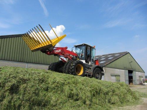 Foto van een O&K L 15.5, bezig met gras inkuilen. Schop uit Meeuwen. Geplaatst door Daniel-valtrafan op 31-05-2012 om 21:39:27, op TractorFan.nl - de nummer 1 tractor foto website.