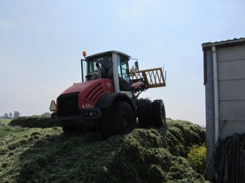 Foto van een O&K L 15.5, bezig met gras inkuilen. Schop uit Meeuwen. Geplaatst door Daniel-valtrafan op 31-05-2012 om 21:39:51, op TractorFan.nl - de nummer 1 tractor foto website.