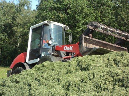 Foto van een O&K L 8, bezig met gras inkuilen.. Geplaatst door dresje80 op 14-06-2012 om 18:53:01, met 8 reacties.