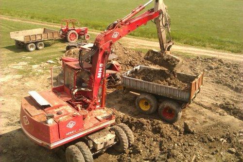 Foto van een O&K MH5, bezig met poseren. grondverzet met [@stenekes]. Geplaatst door DeutzD40L op 17-08-2014 om 15:44:35, op TractorFan.nl - de nummer 1 tractor foto website.