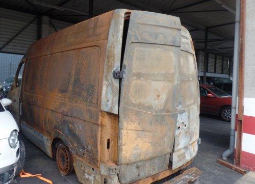Foto van een VW Crafter 1st gen, opgebouwd met gesloten opbouw. Gevalletje brandschade Oud en Nieuw