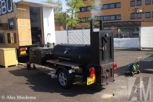 Foto van een Palm BBQ BBQ Smoker, opgebouwd als verkoop- / reclamewagen.. Geplaatst door Alex Miedema op 14-05-2016 om 10:59:57, met 2 reacties.