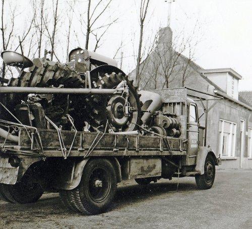 Wie kan mij vertellen welke merk en type tractor op de laadbak van de vrachtwagen staat ?   ik kom niet verder dan dat de motor op een fabrikaat Eicher lijkt , echter deze velgen heb ik nog nooit bij Eicher gezien en deze banden heb ik helemaal nog nooit gezien .
