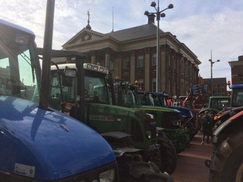 Foto van het boerenprotest in Groningen - Trots op deze boeren!! Boeren blijven broodnodig!. Geplaatst door Rozema op 14-10-2019 om 13:33:11, op TractorFan.nl - de nummer 1 tractor foto website.