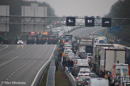 Foto van een Onbekend meerdere (diverse merken).  https://www.youtube.com/watch?v=Yrrp7nsOYpE. Geplaatst door Alex Miedema op 18-12-2019 om 16:15:09, op TractorFan.nl - de nummer 1 tractor foto website.