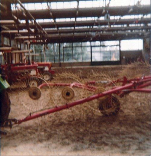 Foto diverse trekkers(elektrisch) op de Landbouwpraktijkschool te Emmeloord 1987. Geplaatst door A.H.S. op 09-01-2020 om 17:17:45, op TractorFan.nl - de nummer 1 tractor foto website.