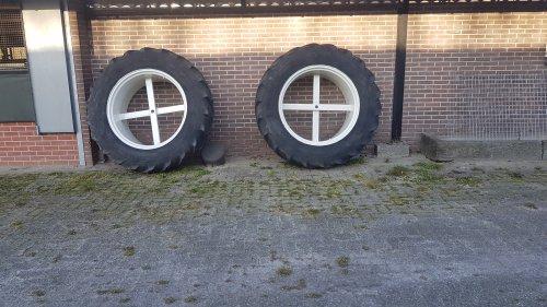 Foto van een Onderdelen Wielen en banden Weet iemand of het kan kloppen dat deze dubbele lucht 16.8r38 groter is dan een 540/65r38 is mechanisatiebedrijf zegt dat het komt door het gewicht van de trekker.