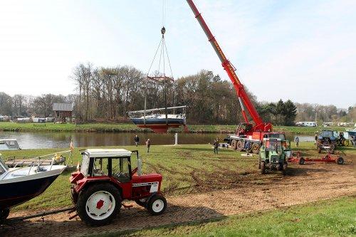 Foto van een diverse merken in 2016 vaarseizoen gestart met boten te water in Vecht. Geplaatst door A.H.S. op 15-06-2020 om 23:21:43, op TractorFan.nl - de nummer 1 tractor foto website.