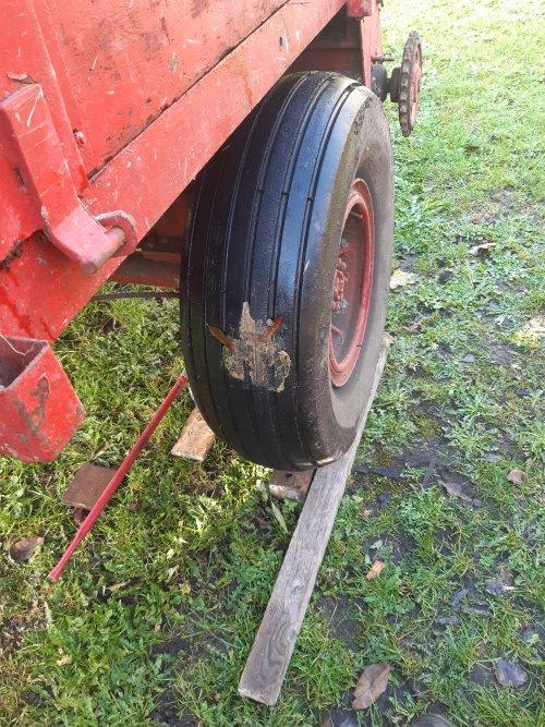 Foto van een Onbekend Mestwagen gisteren lekke band tijdens het hout zagen. Snel even de band wisselen maar man wat een stank... had blijkbaar in een hondendrol gereden 😳