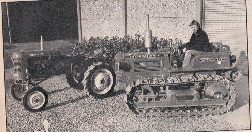 Foto van een Onbekend Meerdere Een International rups onbekend en een Massey Harris onbekend Een knipsel uit de Boerderij van 1986