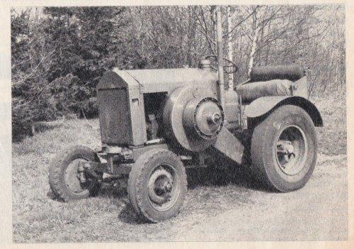 Foto van een Deutz MTZ Ik heb een knipsel uit de boerderij van 1979. Het verhaal gaat over ploegen en vorenpakker. onder de foto's staat een omschrijving over dit onderwerp. Het slaat dus nergens op en toendertijd zijn de verkeerde foto's geplaatst. Voor jullie misschien leuk zoek en denkwerk, maar het juiste antwoord weet ik ook niet