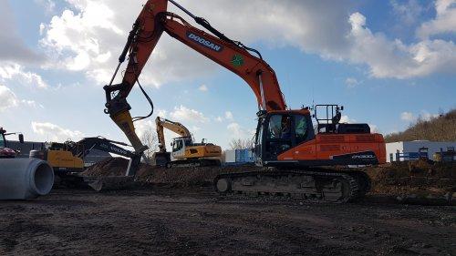 Grote bouw in Moers(DE) Doosan met sloophamer van vedan machinery. Liebherr van AVG tiefbau En Volvo van loonbedrij meiland