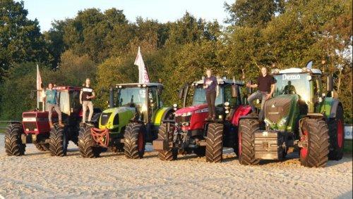 Foto van mij en een groep vrienden op het door Trekkertrek sportvereniging Eext georganiseerde Boeren Trekkertrek Eext, waar ik zelf onderdeel van ben