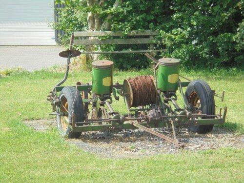 Foto van een John Deere Maiszaadmachine Onbekend Deze machine heb ik onderweg gespot, ik heb geen idee wat het is. De kleur doet vermoeden dat het John Deere is, maar verf zegt niet alles. In het midden zit een rol, ik dacht eerst prikkeldraad, maar bij nader onderzoek lijkt het een soort dunne ketting
