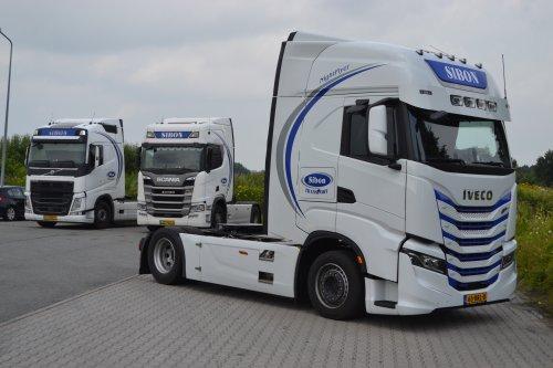 Sibon Transport (Schoonebeek) × op de foto met een Onbekend meerdere (diverse merken).. Geplaatst door coen-ensing op 10-07-2021 om 16:01:47, op TractorFan.nl - de nummer 1 tractor foto website.