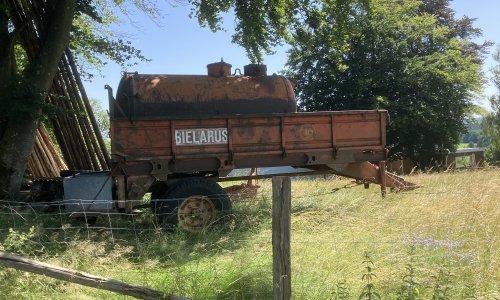 Foto van een Onbekend allerlei mestbreker omgebouwd om water te rijden voor de dieren. Kent iemand dit type mestbreker?