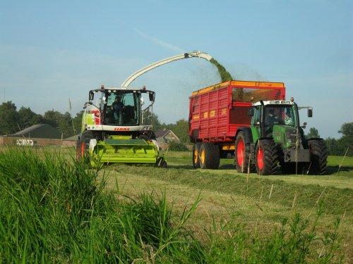 Foto van een Onbekend Meerdere, bezig met gras hakselen.. Loonbedrijf Blankespoor uit Harskamp... Geplaatst door Wolf_miniatuur op 29-06-2011 om 13:30:38, met 2 reacties.