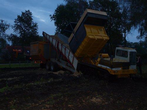 Foto van een Onbekend Van alles, bezig met maïs hakselen.dunnink staphorst in de mais. Geplaatst door effert85 op 30-10-2011 om 19:19:14, met 3 reacties.