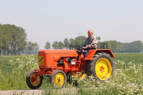 Foto van een Onbekend Tractor, bezig met poseren. Geplaatst door NHtvt135 op 28-05-2012 om 20:22:12, met 9 reacties.