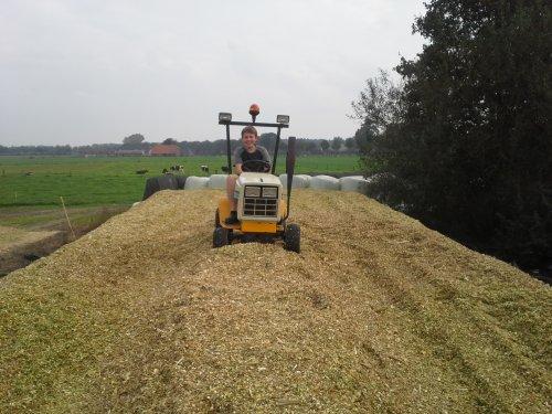 Foto van een Onbekend Onbekend, bezig met maïs inkuilen.en zo heb je een hulpje met vastrijden. Geplaatst door jehan op 02-10-2014 om 22:42:18, met 7 reacties.