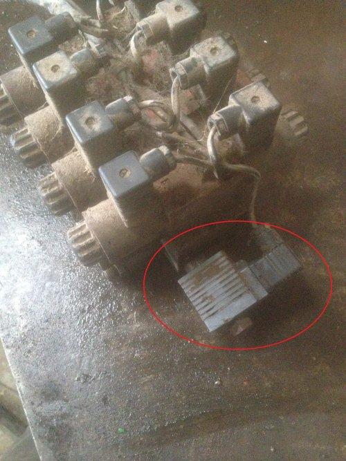 Weet iemand wat dit is en wat de functie ervan is? het is een verdeelblok die vroeger op en Holaras vijzelbak. (zie andere foto) Ik zou deze blok op een andere machine wilen gebruiken.