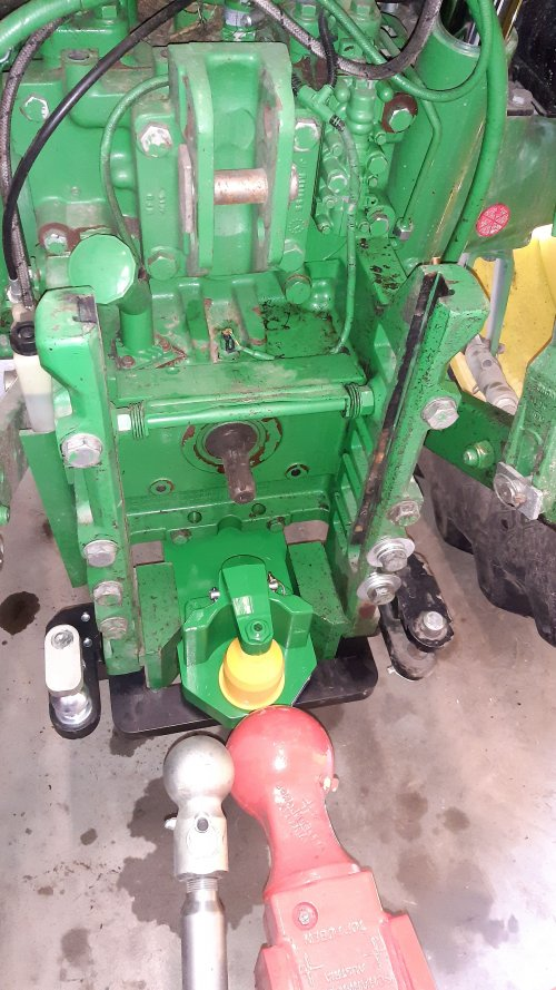 Foto van een Onderdelen Trekhaak K80 en k50 voor de gedwongen  besturing  er aan gemaakt voor de gras wagen en kieper