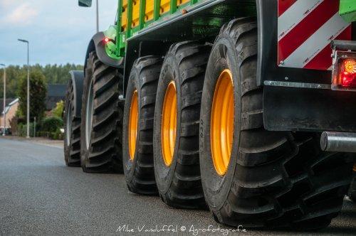3 nieuwe BKT 710/50R26.5 bandjes onder de nieuwste aanwinst van loonbedrijf Weltjens, ondertussen een half maïsseizoen oud. Nu wachten op de nieuwste aanwinst in februari als het goed is!