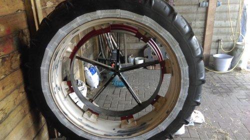 De cultuurtjes voor het spuiten zelf geschuurd met een staalborstel op de flex.. Geplaatst door Thommie op 19-04-2015 om 10:46:26, op TractorFan.nl - de nummer 1 tractor foto website.