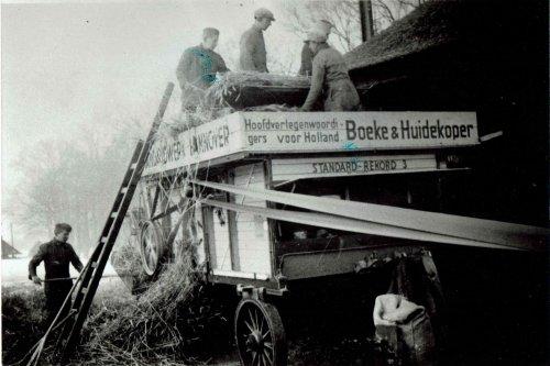 Foto van een Standaard Hannover dorskast aan het dorsen in begin jaren 40.. Geplaatst door Willemih op 21-03-2021 om 19:10:51, met 11 reacties.