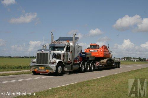 Foto van een Peterbilt 389, opgebouwd voor speciaal transport.. Geplaatst door Alex Miedema op 12-08-2014 om 18:45:37, op TractorFan.nl - de nummer 1 tractor foto website.