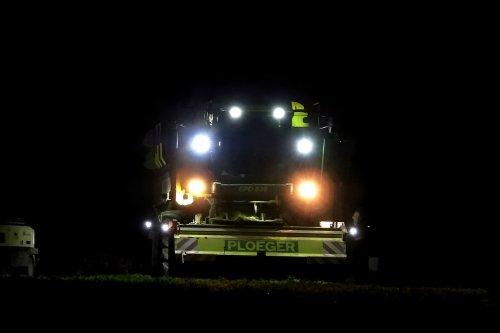 Erwten dorsen, dag en nacht door, dat levert mooie beelden op met twee ploeger machines op het land.  https://youtu.be/PZ1XTplMKX8