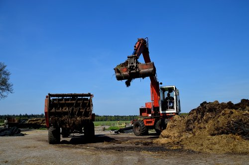 Kijk, daar heb je Mts Slagter (Fluitenberg) met een Poclain 61.. Geplaatst door SJB533 op 08-05-2016 om 12:54:01, op TractorFan.nl - de nummer 1 tractor foto website.