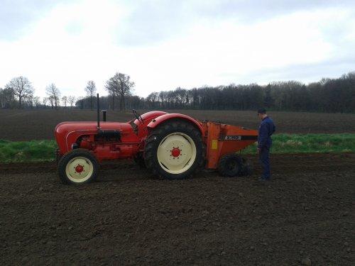 Porsche Master 418, bezig met aardappelen poten.. Geplaatst door DannyH op 24-03-2014 om 16:53:31, met 3 reacties.