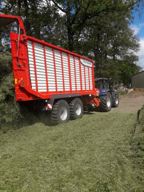 Foto van een Pottinger jumbo met bew holland aan het gras lossen. Geplaatst door Bekkink op 15-05-2020 om 17:50:17, met 2 reacties.