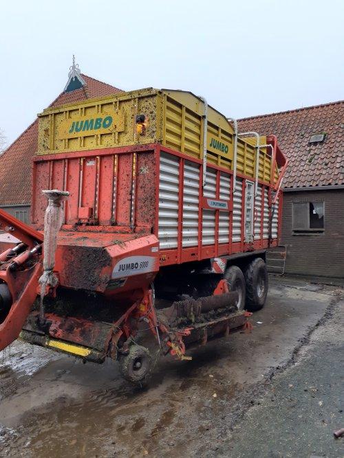 Foto van een Pottinger jumbo  toch een nadeeltje van lang stalvoeren,  het spul wordt er niet schoner van
