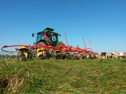 Foto van een Pottinger Eurohit.  Toeschouwers tijdens t schudden vanmorgen :P. Geplaatst door johndeere6230 op 02-09-2014 om 13:40:13, op TractorFan.nl - de nummer 1 tractor foto website.