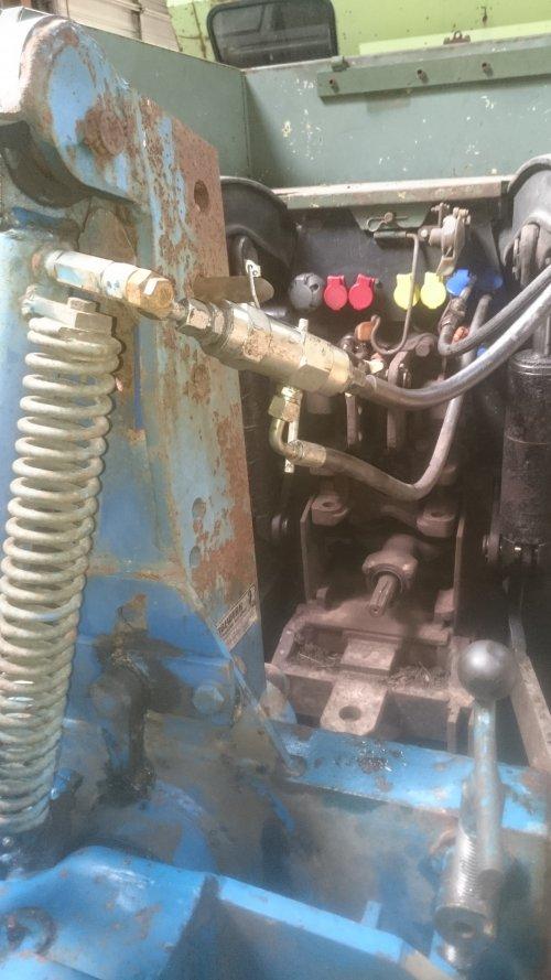 Foto van een Rabe Ploeg. Met gestuurde kogelkraan,  vooral oude tractoren die iets lekkende schuiven hebben is dit ideaal.