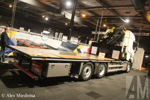 M.S. de Vries (Bitgum) ×, Rondaan (Berltsum) × op de foto met een Renault T-serie, opgebouwd als open laadbak.