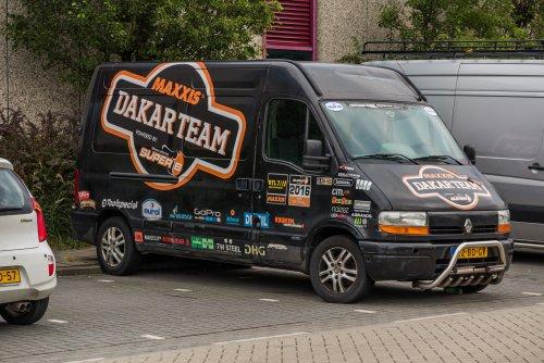 Op deze foto staat Maxxis Dakar Team (Huizen) × met een Renault Master, opgebouwd met gesloten opbouw.
