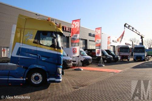 M.S. de Vries (Bitgum) × op de foto met een Renault Meerdere, opgebouwd zonder opbouw.  https://youtu.be/2jmNwZ02tUM