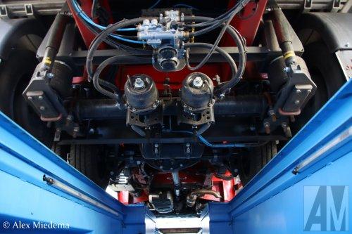 Profile Tyrecenter Heuver (Hardenberg) × op de foto met een Renault Master, opgebouwd met gesloten opbouw.  https://youtu.be/2jmNwZ02tUM